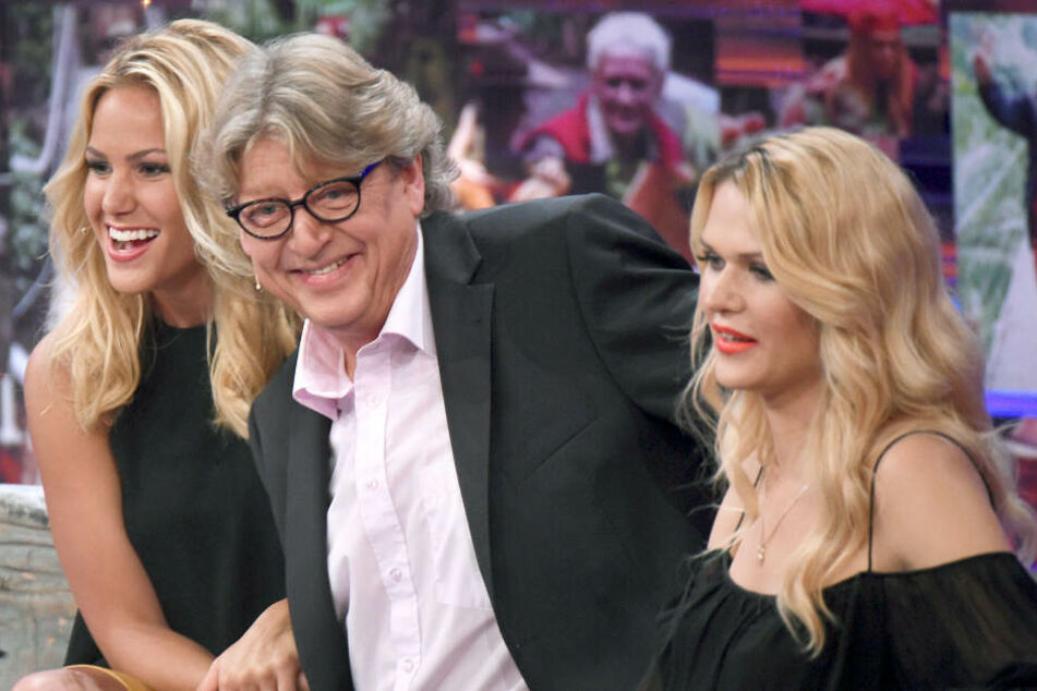 Eingerahmt von zwei Blondinen: Angelina Heger (links) und Sara Kulka (rechts) neben Walter Freiwald.