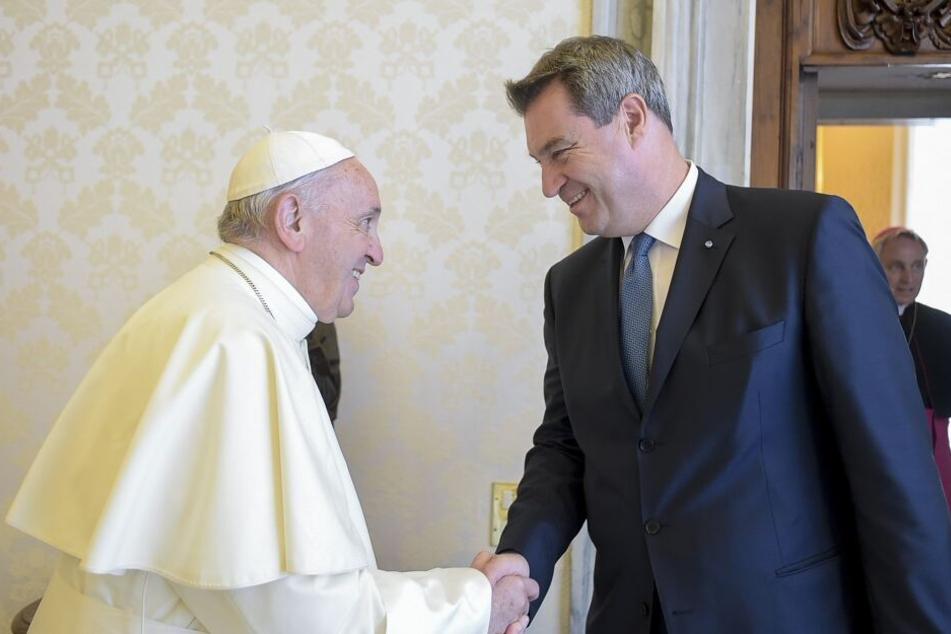Markus Söder (CSU) das Hilfsprogramm im Sommer 2018 bei seinem Treffen mit Papst Franziskus in Rom angekündigt. (Archivbild)