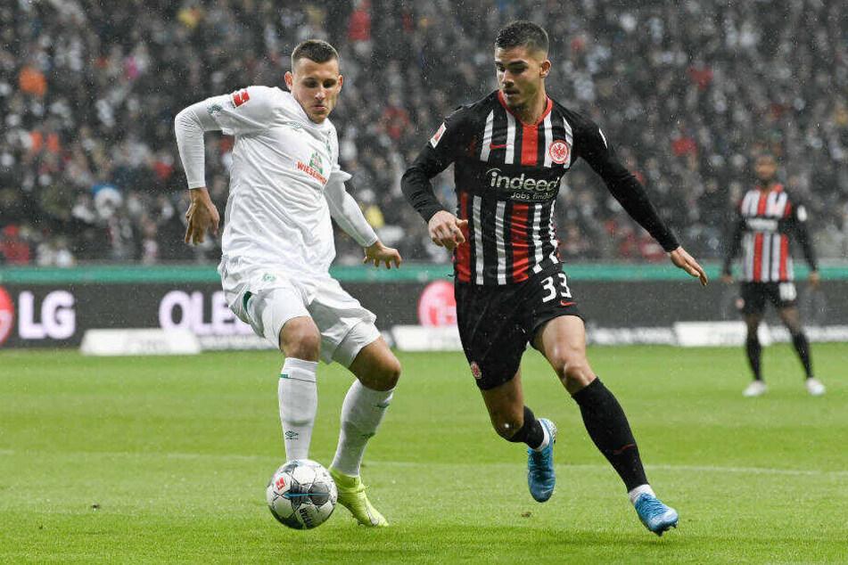 Andre Silva (r.) im Zweikampf mit Maximilian Eggestein: Der Portugiese hätte mehrfach den Frankfurter Führungstreffer erzielen können.