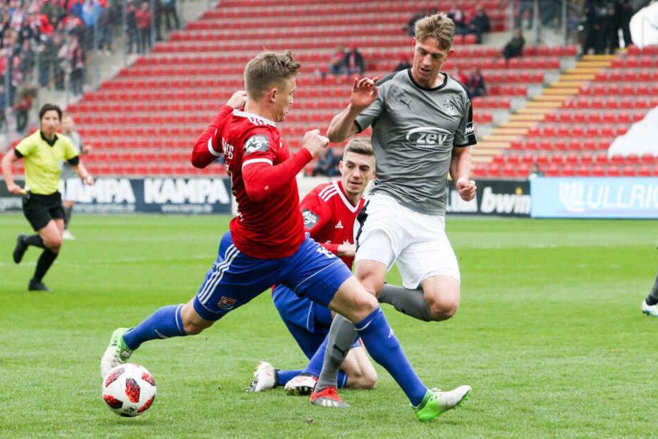 Lion Lauberbach (im Zweikampf mit Lucas Hufnagel) erzielt das 1:0 für den FSV.