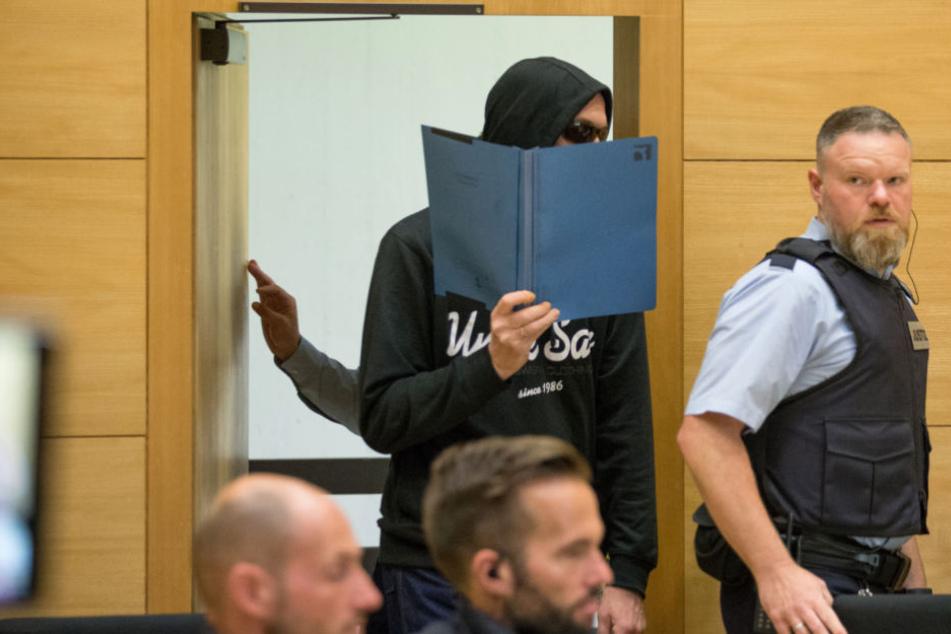 Hat ein Angeklagter im Knast geredet? Mithäftling sagt im Dreifachmord-Prozess aus