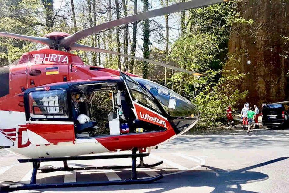 """Per Rettungshubschrauber """"Christoph 38"""" aus Dresden wurde der Verunglückte ins Uniklinikum Dresden geflogen."""