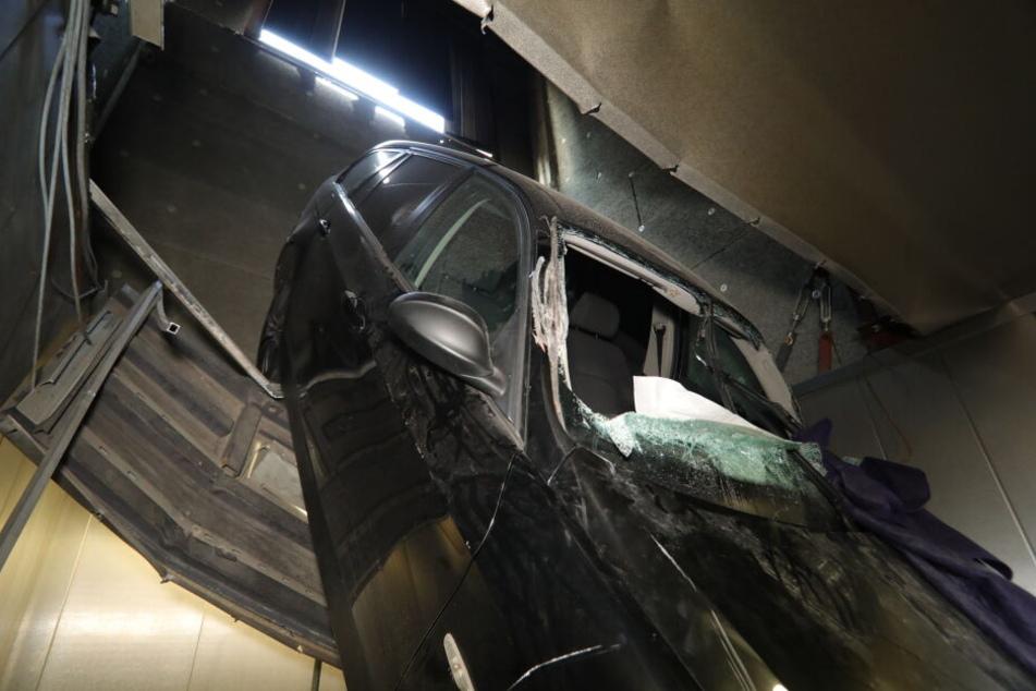 Der BMW in der durchbrochenen Tiefgarage.