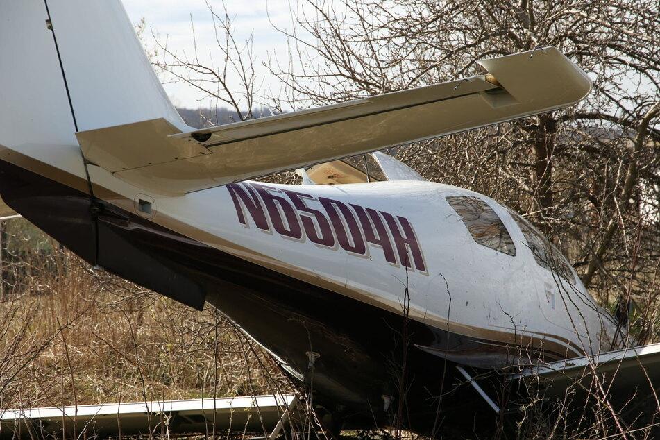Der Pilot verletzte sich bei der Notlandung schwer. Er wurde in ein Krankenhaus gebracht.