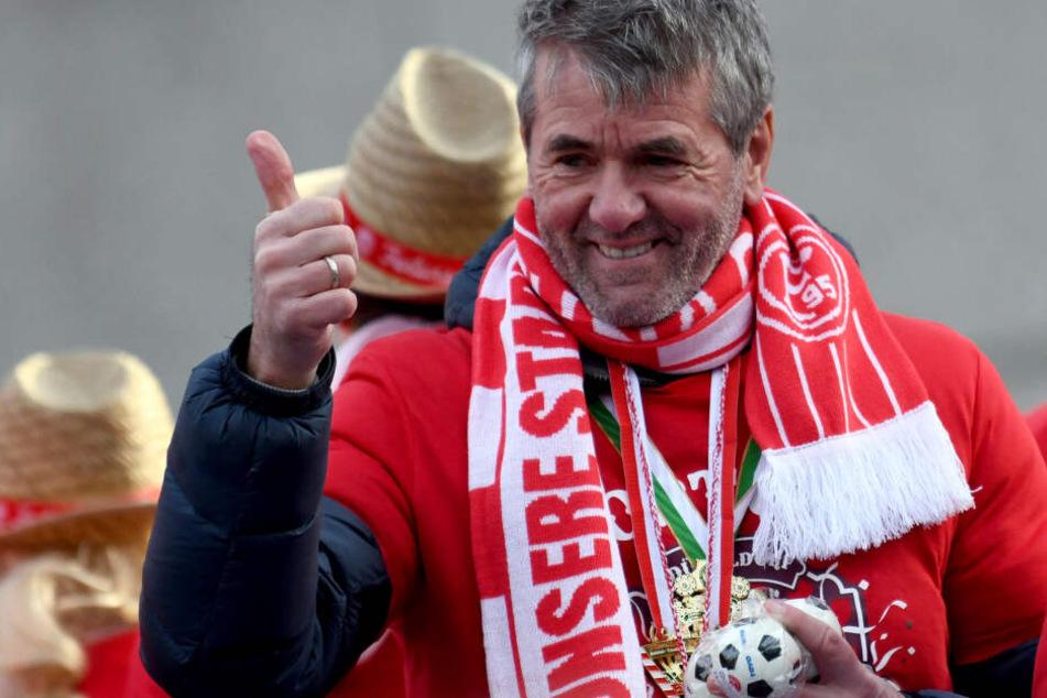 Trainer Friedhelm Funkel (65) steht auf dem Wagen des Fußball-Bundesligisten Fortuna Düsseldorf und nimmt am Rosenmontagszug teil.