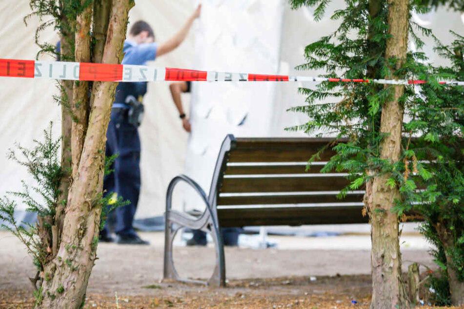 Polizisten nehmen am Tatort Spuren.