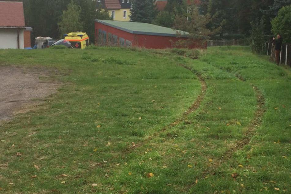 Im Rasen sind die Spuren des Autos der Rentnerin zu sehen.