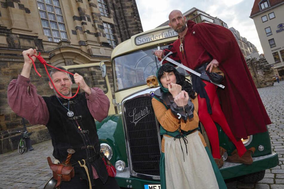 Bitte einsteigen! Mario Sempf, Katharina Salomo und Thomas Zahn (v.l.) laden  zur schaurigen Busfahrt durch Dresden.