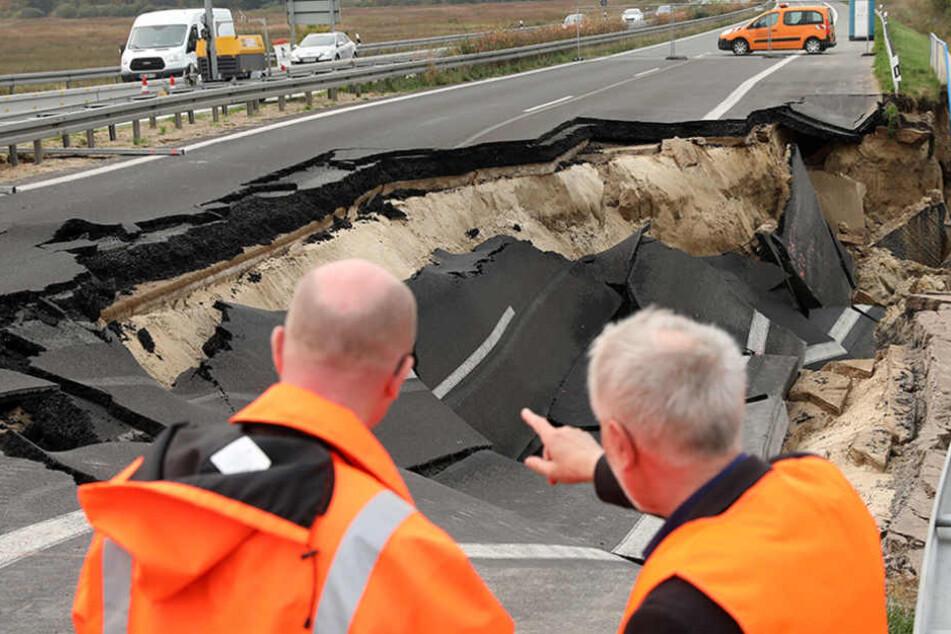 erkehrsminister Christian Pegel (l) lässt sich an der kaputten Autobahn A20 von Manfred Rathert, Direktor des Landesamtes für Straßenbau und Verkehr, über die Schäden informieren.