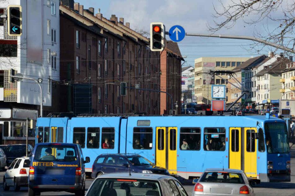 Der Jugendliche übersah die herannahende Straßenbahn (Symbolfoto).