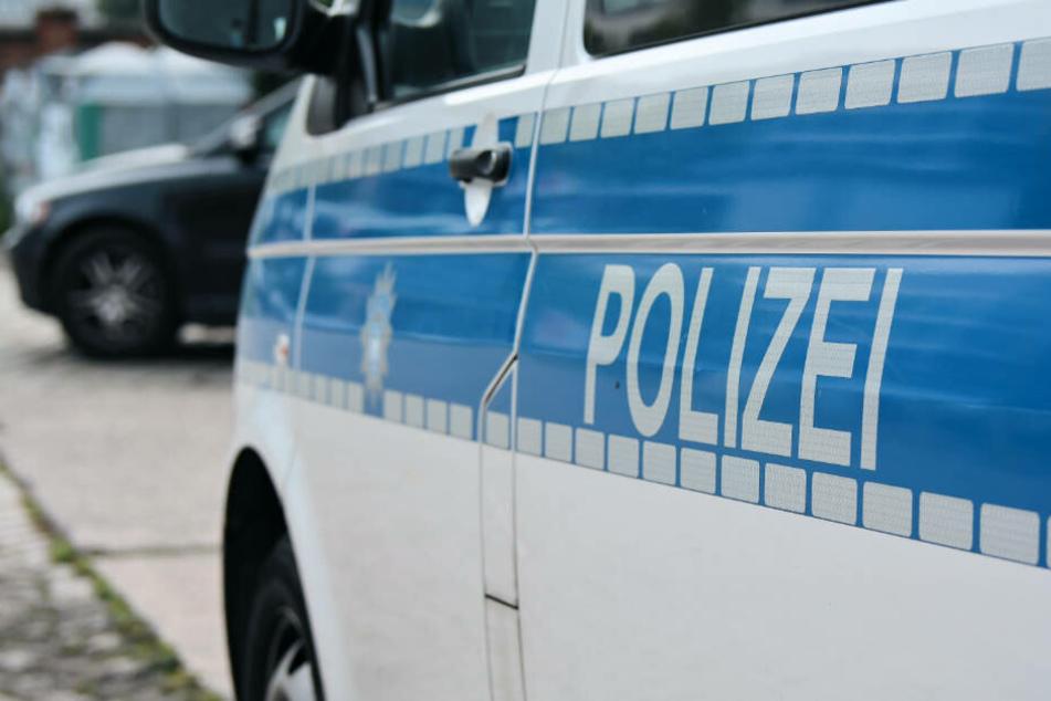 Den Besitzer des Wagens traf die Polizei an der Unfallstelle an (Symbolbild).