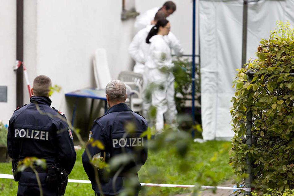 Einsatzkräfte der Polizei und der Spurensicherung sind am Samstag in Hohenems am Tatort. Dort hat sich in der Nacht zum Samstag ein Familiendrama abgespielt.