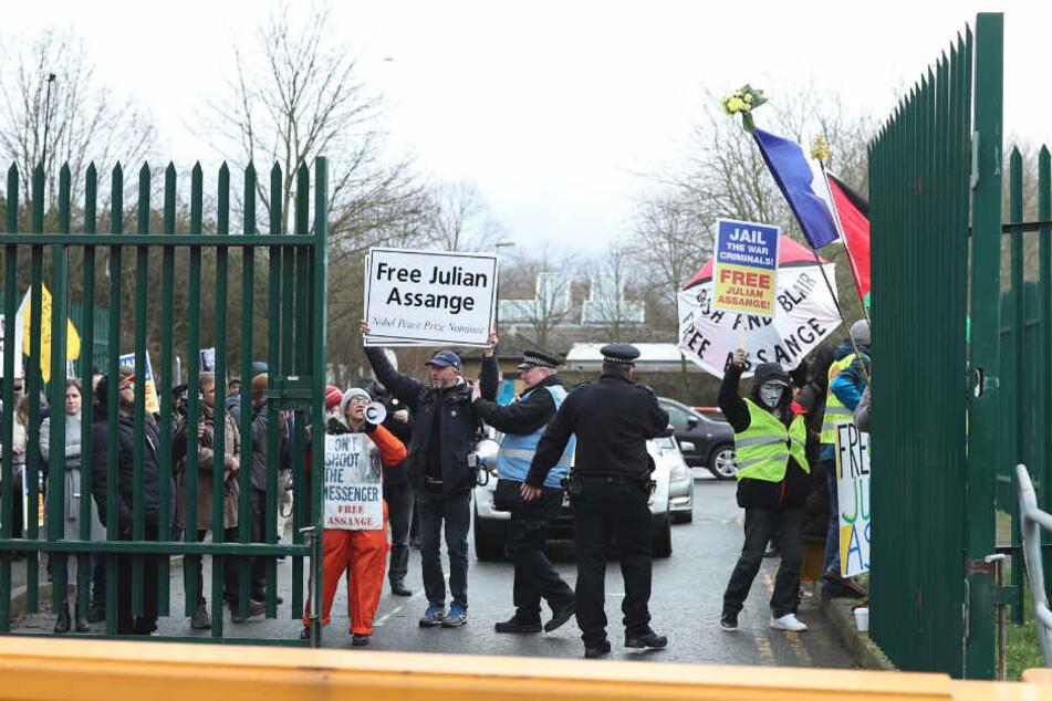 Demonstranten versammelten sich am Montag vor dem Belmarsh Magistrates Gericht in London, in dem die Anhörung zum Auslieferungsverfahren von des Wikileaks-Gründers Assange stattfand.