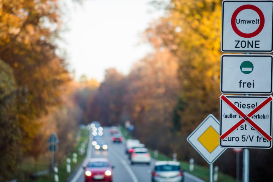 Schilder an einer Straße weisen auf geplante Fahrverbote hin.