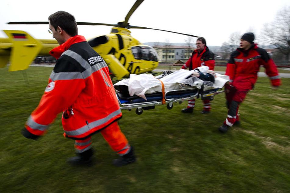 Ein Rettungshubschrauber und mehrere Rettungswagen versorgten die Verletzten. (Symbolbild)
