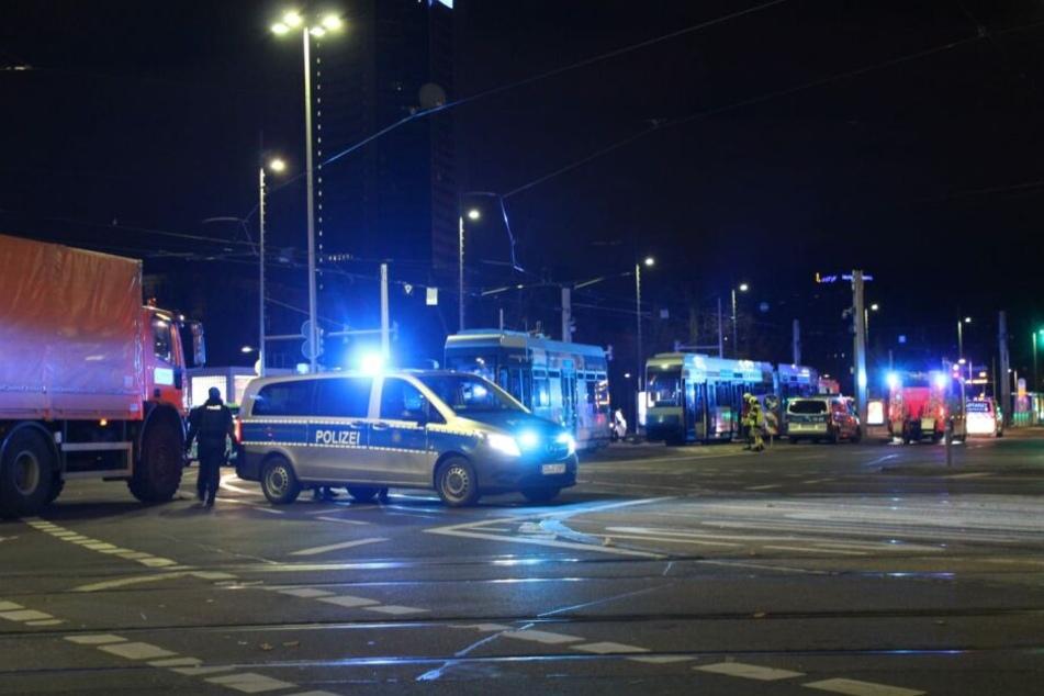 In Leipzig ist ein 19-Jähriger von einer Straßenbahn mitgeschleift worden.