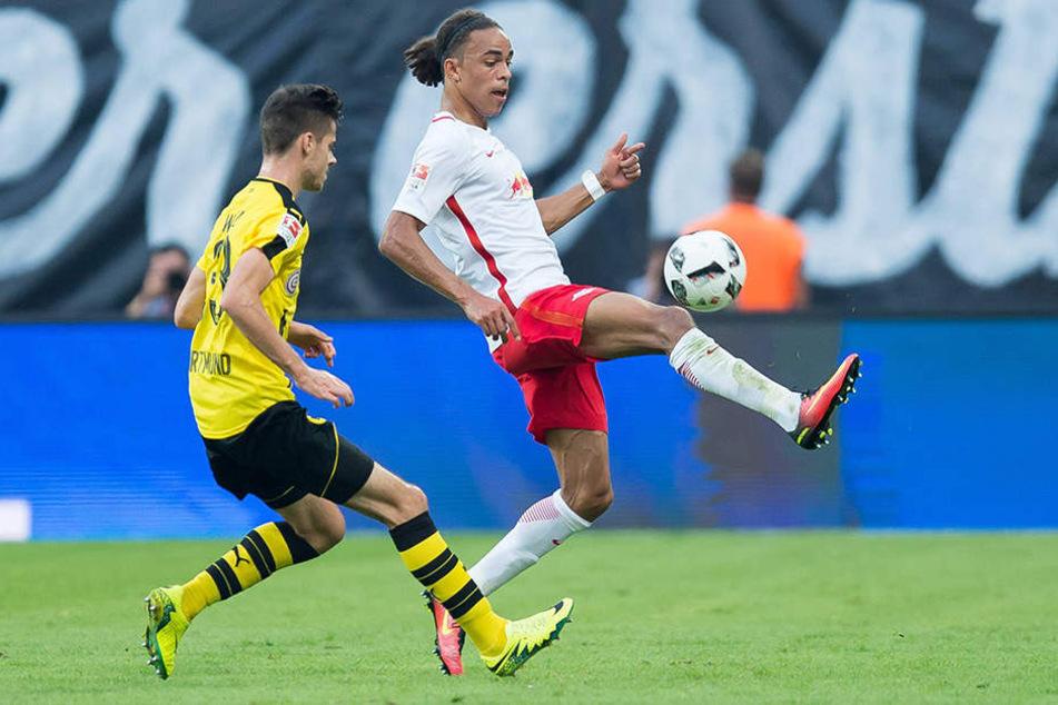Hier behauptet Leipzigs Poulsen den Ball vor Jung-Nationalspieler Julian Weigl.