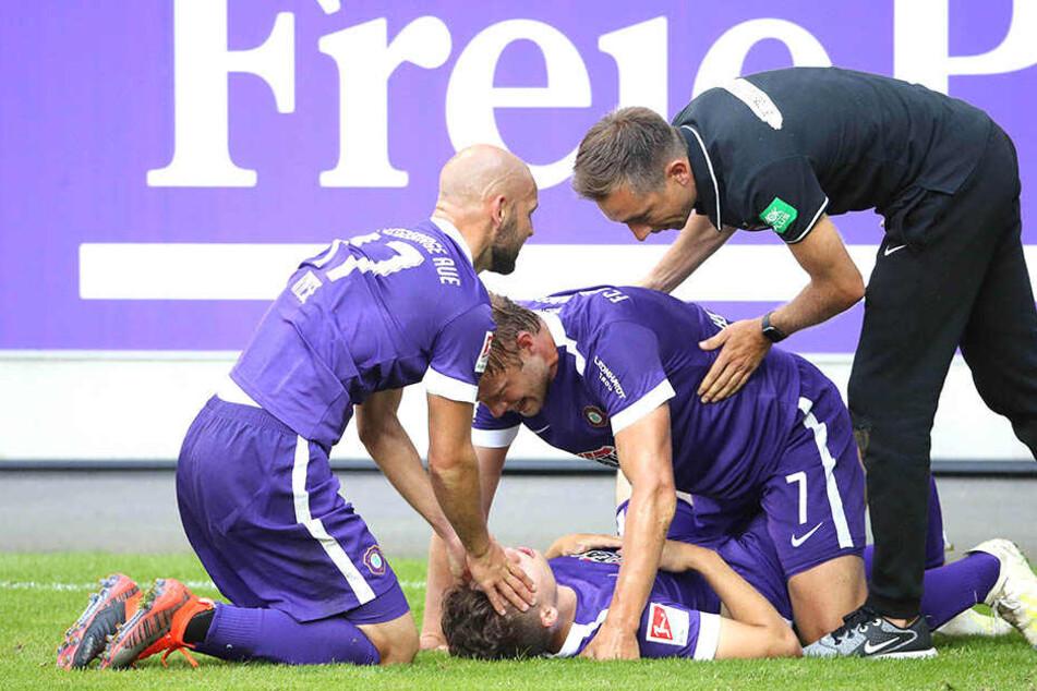 Am Boden liegend wird Tom Baumgart nach seinem Tor zum 3:1 von (v.l.) Philipp Riese, Jan Hochscheidt und Co-Trainer André Meyer gefeiert.