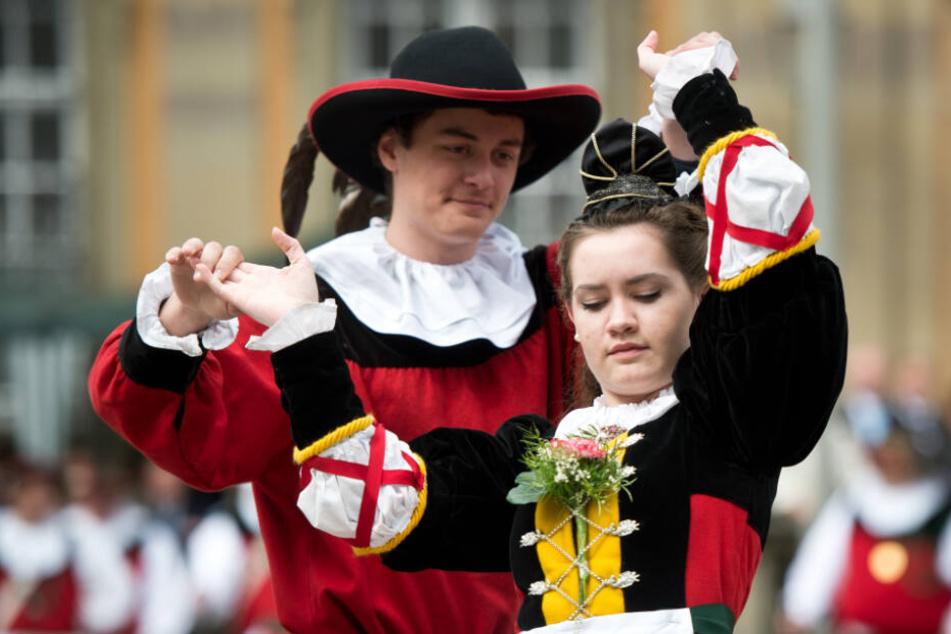 """Ein Paar tanzt den """"Siedertanz"""". (Archivbild)"""