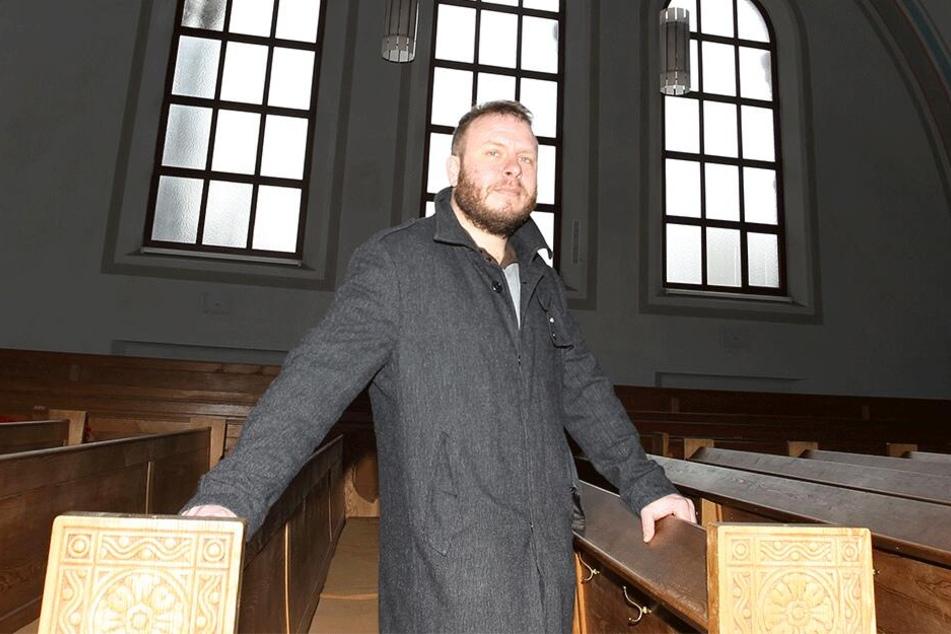 Entsetzt über die zehn Schüsse auf seine Markuskirche: Pfarrer Andreas Vödisch (38).