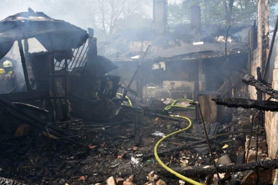 Die Flammen zerstörten das Gebäude.