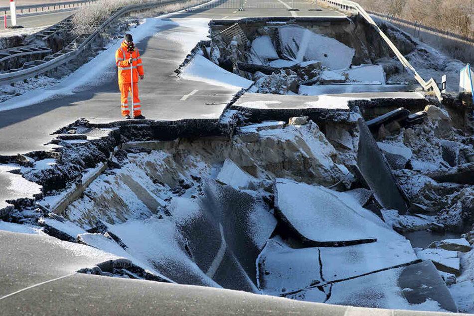 Vermesser vom Landesamt für Straßenbau und Verkehr scannen die abgesackte Ostseeautobahn bei Tribsees. Das Loch wird immer größer.