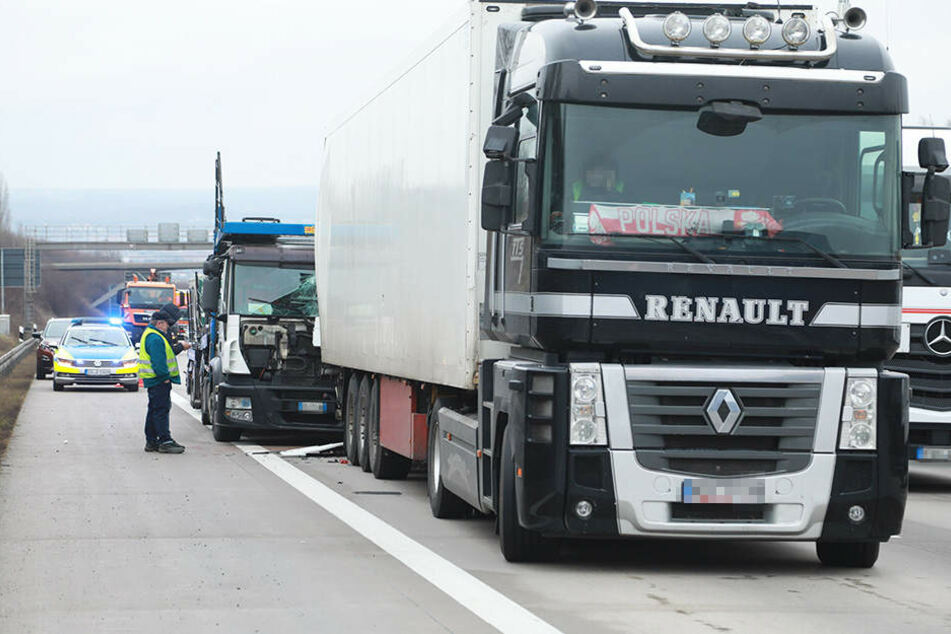 Der italienische Lkw (hinten) fuhr offenbar auf den polnischen Laster auf.