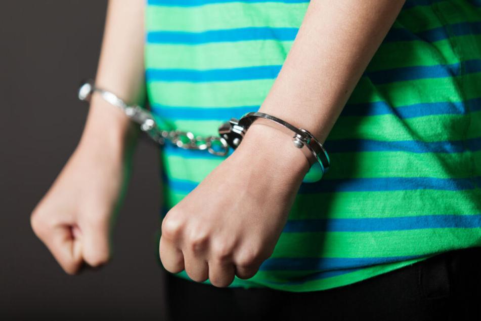 Zwei jugendliche Intensivtäter müssen jetzt in den Knast. (Symbolbild)