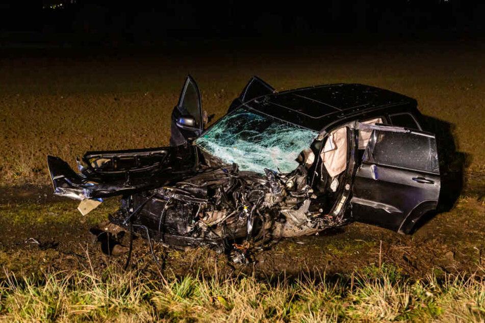 Eines der beteiligten Fahrzeuge landete im Straßengraben und wurde vollkommen zerstört.