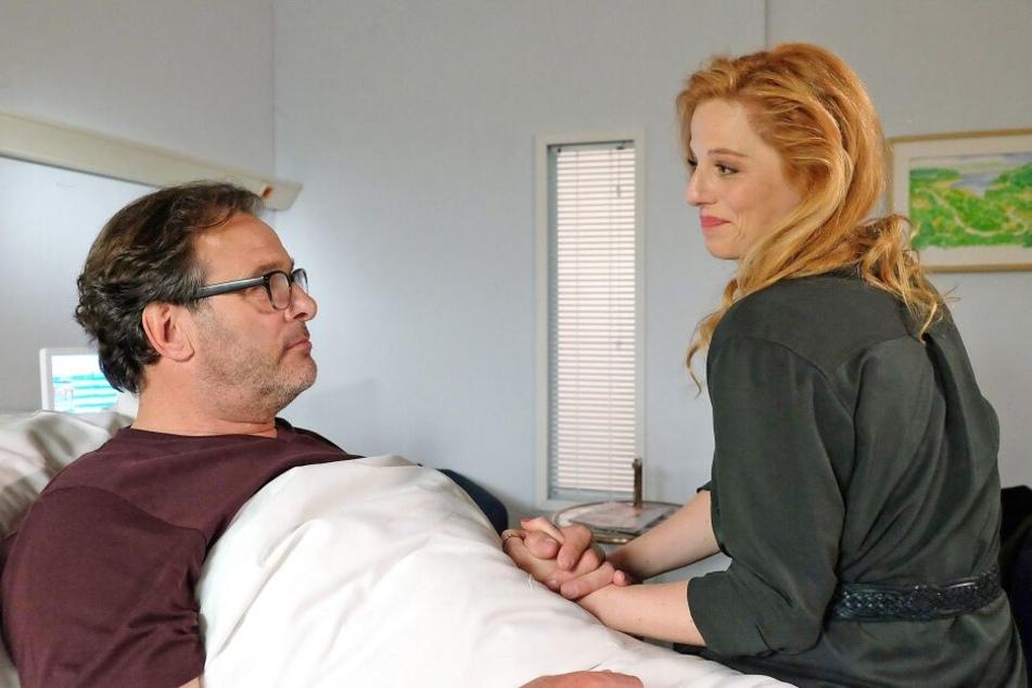 Schriftsteller André Roth ist Patient in der Sachsenklinik. Er leidet an Inkontinenz, will aber, dass dies keinesfalls seine Geliebte Lulu Hopp erfährt.