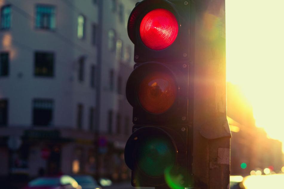 Die rote Ampel hatten die beiden ankommenden Autofahrer schlichtweg übersehen (Symbolbild).