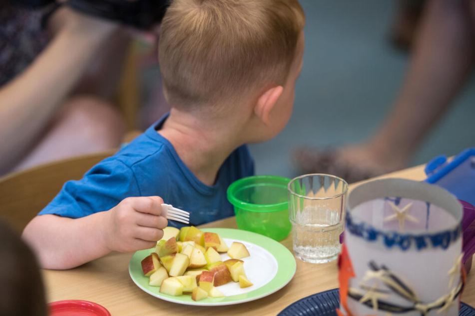 Ein Kind erhält in der Kita Essen.