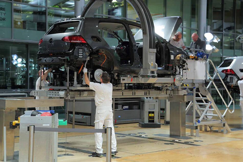 Schauplatz Gläserne Manufaktur: Wo einst der Phaeton hergestellt wurde, schweben nun E-Golfs durch die Produktion.