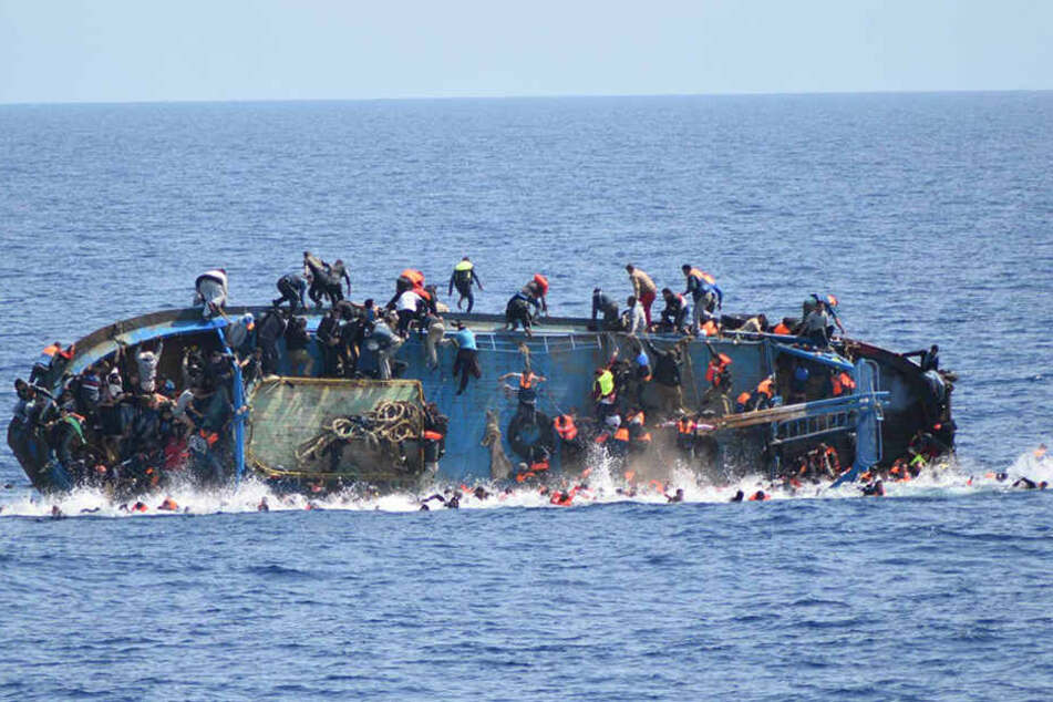 Bei einem neuen Unglück mit einem Flüchtlingsboot im Mittelmeer sind mehrere Menschen ums Leben gekommen. (Symbolbild)