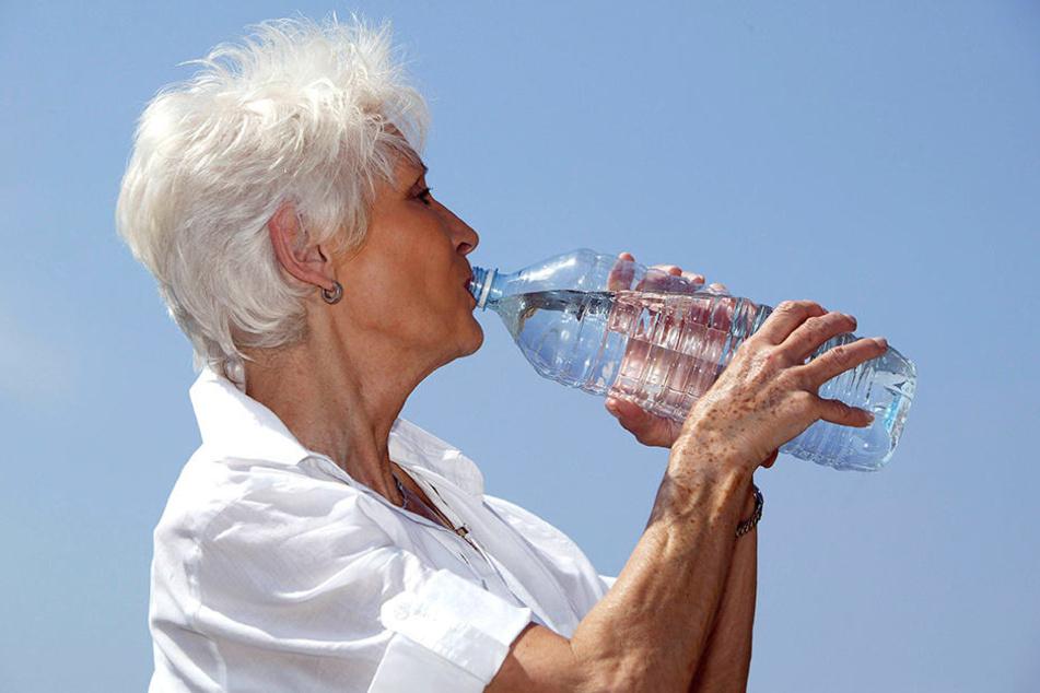 Besonders Senioren sollen in diesen Tagen das Wasser-Trinken nicht vergessen.