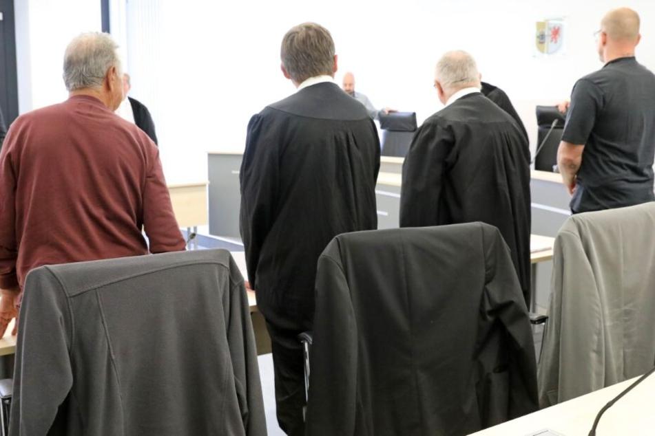 Die beiden Angeklagten und ihre Verteidiger zu Beginn des Prozesses in Rostock.