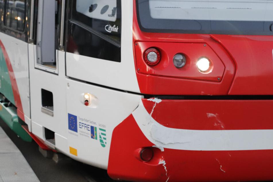 Die Straßenbahn wurde durch den Unfall beschädigt.