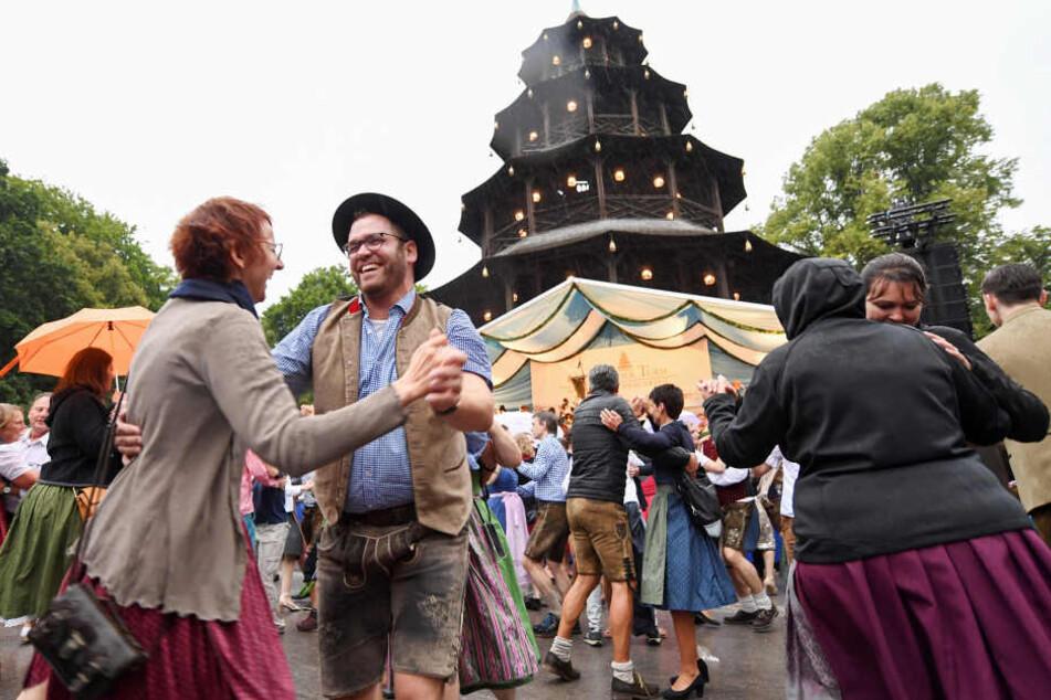 Besucher tanzen beim Kocherlball am Chinesischen Turm im Englischen Garten.