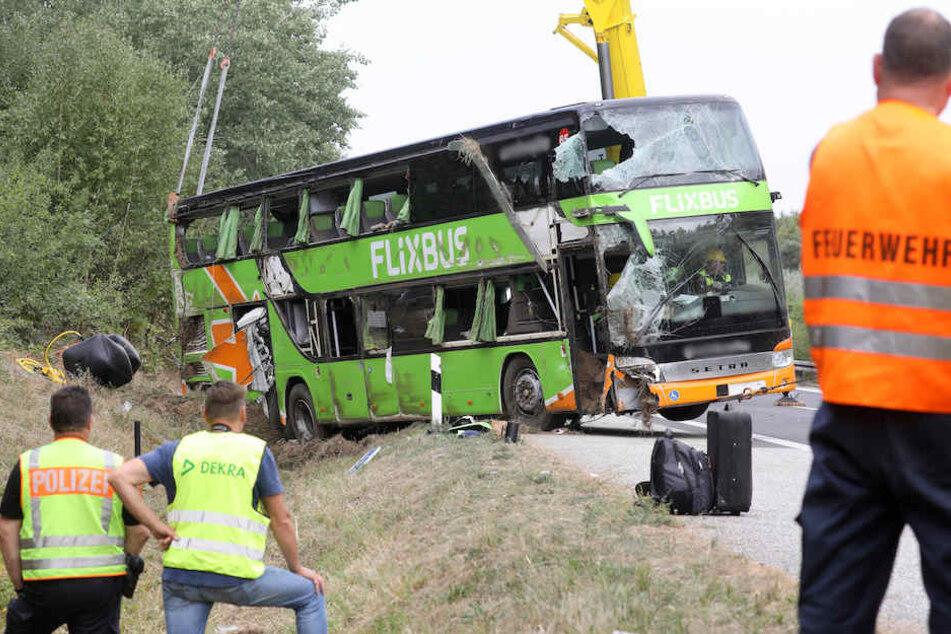 Der Bus wurde mit einem riesigen Kran geborgen.