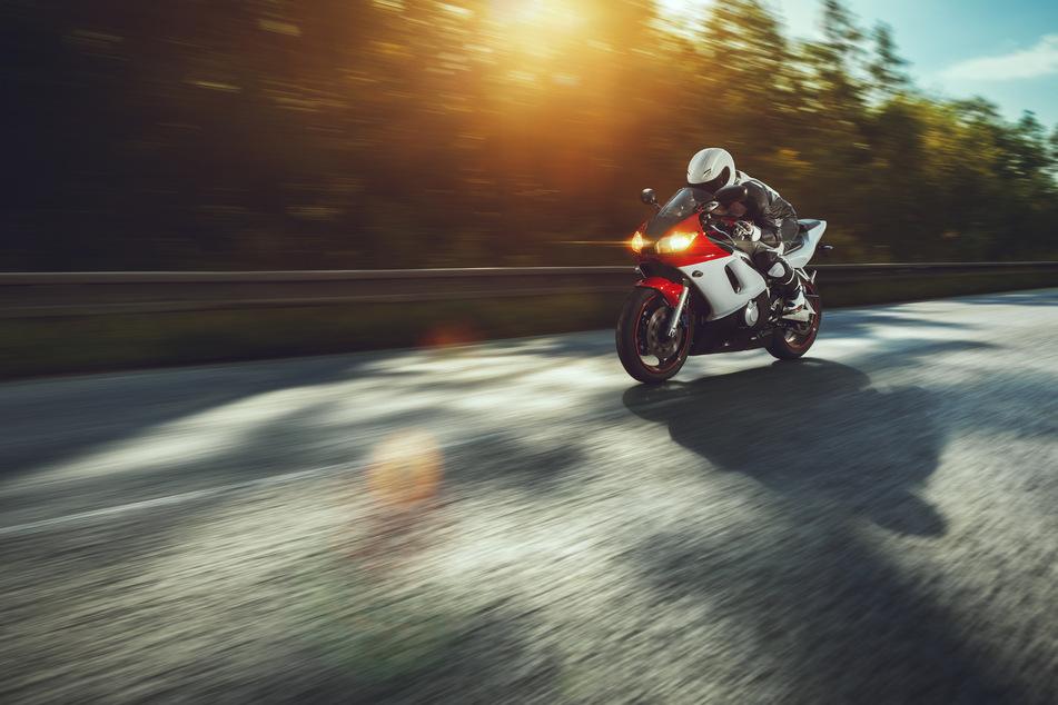 Der Motorradfahrer stürzte bei seiner Fahrt. (Symbolbild)