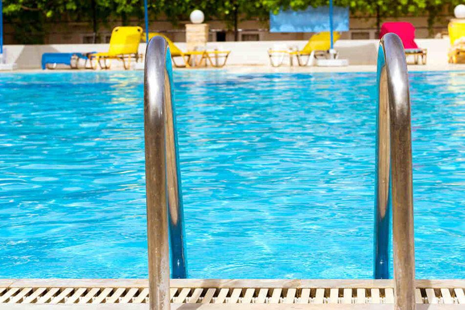 Tragischer Badeunfall: Junge ertrinkt in Schwimmbecken