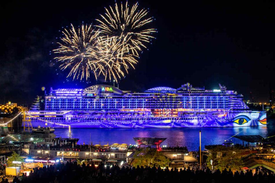 Am Samstagabend lockte das Feuerwerk die Massen an die Landungsbrücken.