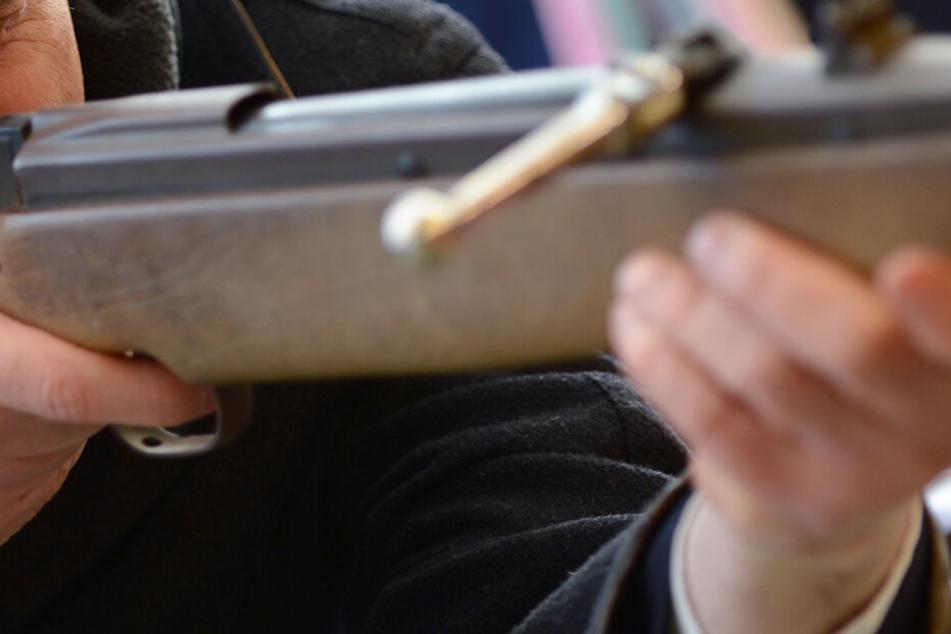 Mit einem Luftgewehr ging der Trabi-Besitzer in Dresden auf den Angreifer los. (Symbolbild)