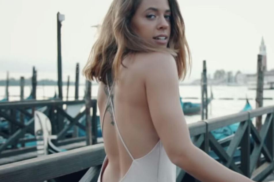 """Screenshot aus dem neuen Video """"Venedig"""" von Vanessa Mai."""