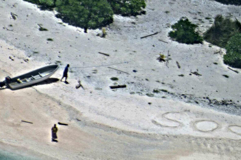 """Die Buchstaben """"SOS"""" im Sand zeigten den Rettungskräften den genauen Standort der Vermissten."""