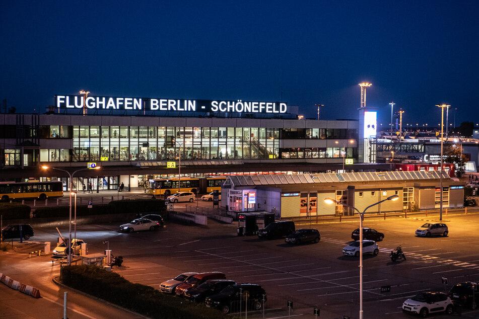 Am Flughafen Schönefeld werden die ersten Erntehelfer aus Rumänien erwartet.