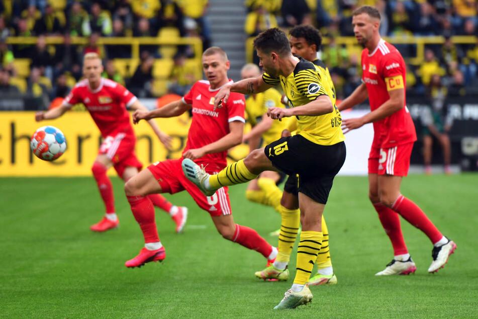 Raphael Guerreiro (3.v.r.) zieht mit links ab. Wenige Augenblicke später schlägt der Ball unhaltbar in der langen Ecke ein.