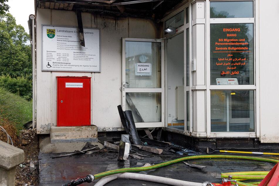 Durch das Feuer wurde der Eingang, Büroräume und die Fassade des Gebäudes beschädigt.