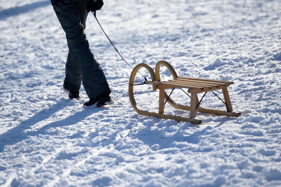 Sonnenschein und Schnee dürften auch am Sonntag viele Menschen mit Schlitten nach draußen locken.