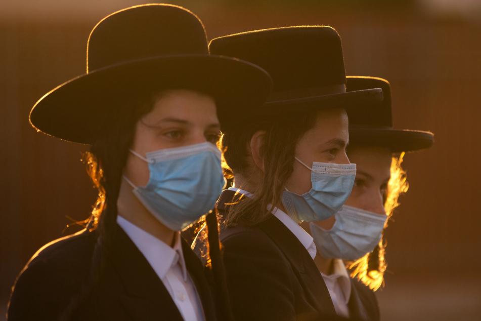 13. Juli, Jerusalem: Ultraorthodoxe Juden tragen schützende Gesichtsmasken, während sie sich zu einem Protest gegen die Abriegelung versammeln, die aufgrund eines Coronavirus-Ausbruchs in ihrer Nachbarschaft verhängt wurde.
